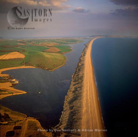 Chesil Beach (Chesil Bank), 29 Km Long Shingle Beach On The Jurassic Coast, Dorset.