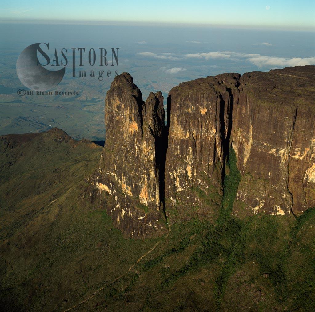 Mount Roraima, Southeast Corner And Towashing Pinnacle (Tewasen), Tepuis, Canaima National Park, Venezuela