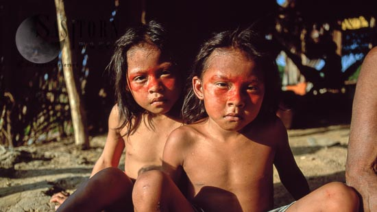 Waorani Indians : Children, Using Achiote For Decoration, Rio Cononaco, Ecuador, 2002