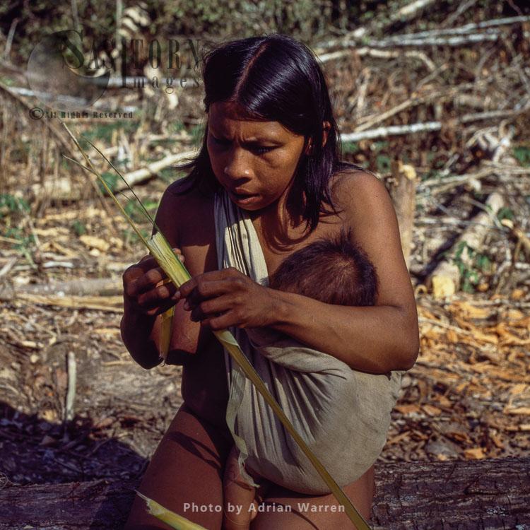 Waorani Indians: making Chambira palm fiber into twine, Rio Cononaco, Ecuador, 1983